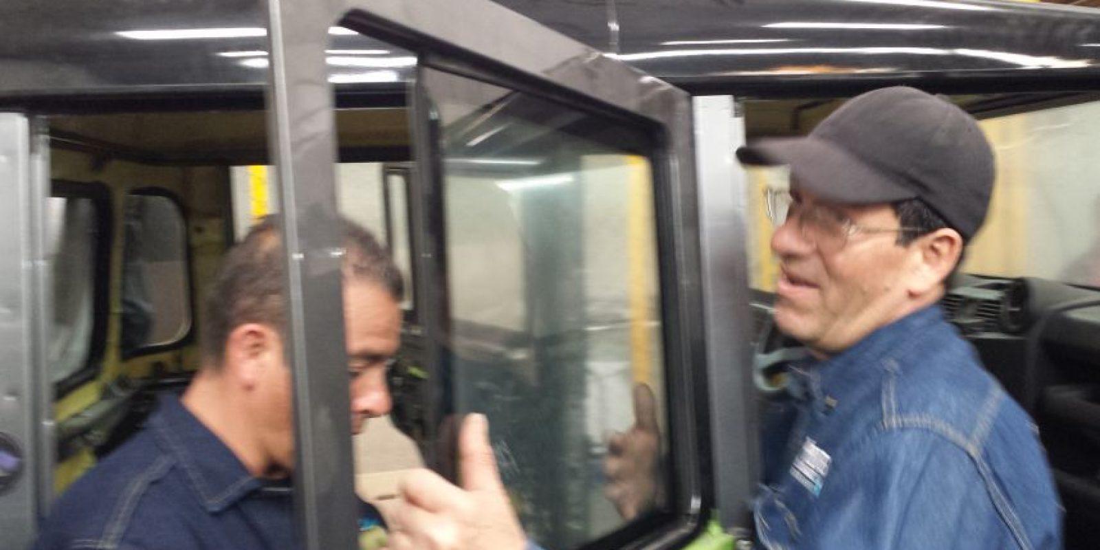El trabajo más difícil es la instalación de los vidrios, de un peso superior a 45 kilos por metro cuadrado. Foto:Juan Manuel Reyes – Publimetro