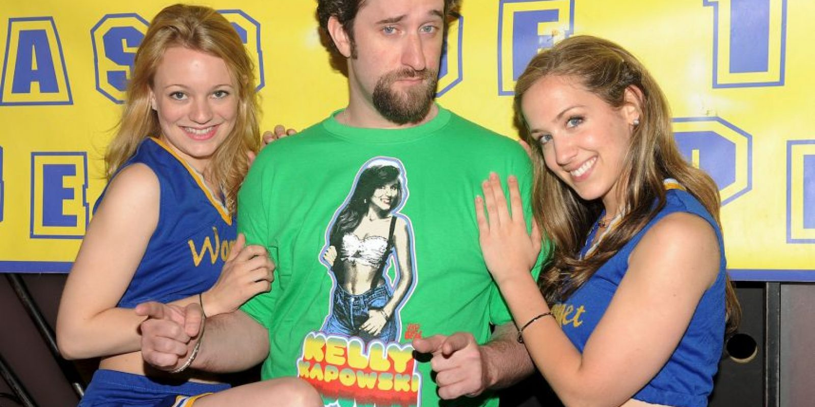 También escribió que Peter Engel, productor ejecutivo de la serie, era aficionado a realizar tríos con Tiffani Amber Thiessen y Mark-Paul Gosselaar Foto:Getty Images