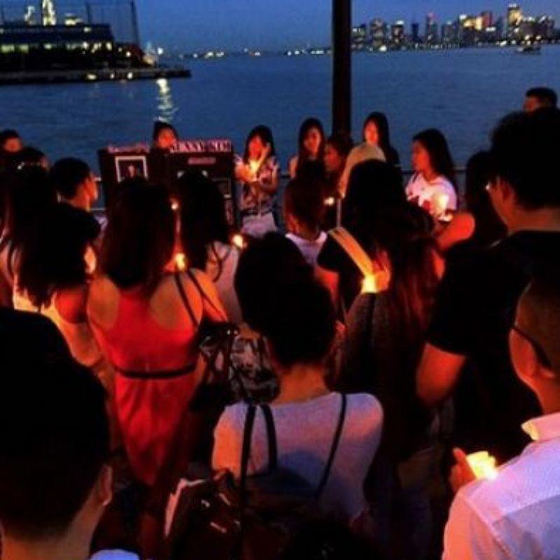 En la foto, amigos de Kim en Estados Unidos decicideron hacerle este homenaje con velas. Foto:Vïa Vinny Thong/Facebook/Candlelight Vigil for Sunny Kim
