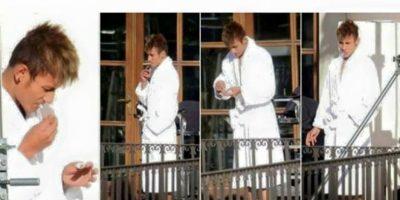 ¿Se parecen? Neymar tuvo que aclarar que el que aparece fumando en esta foto no es él, sino su doble. Foto:Vía facebook.com/neymarjr