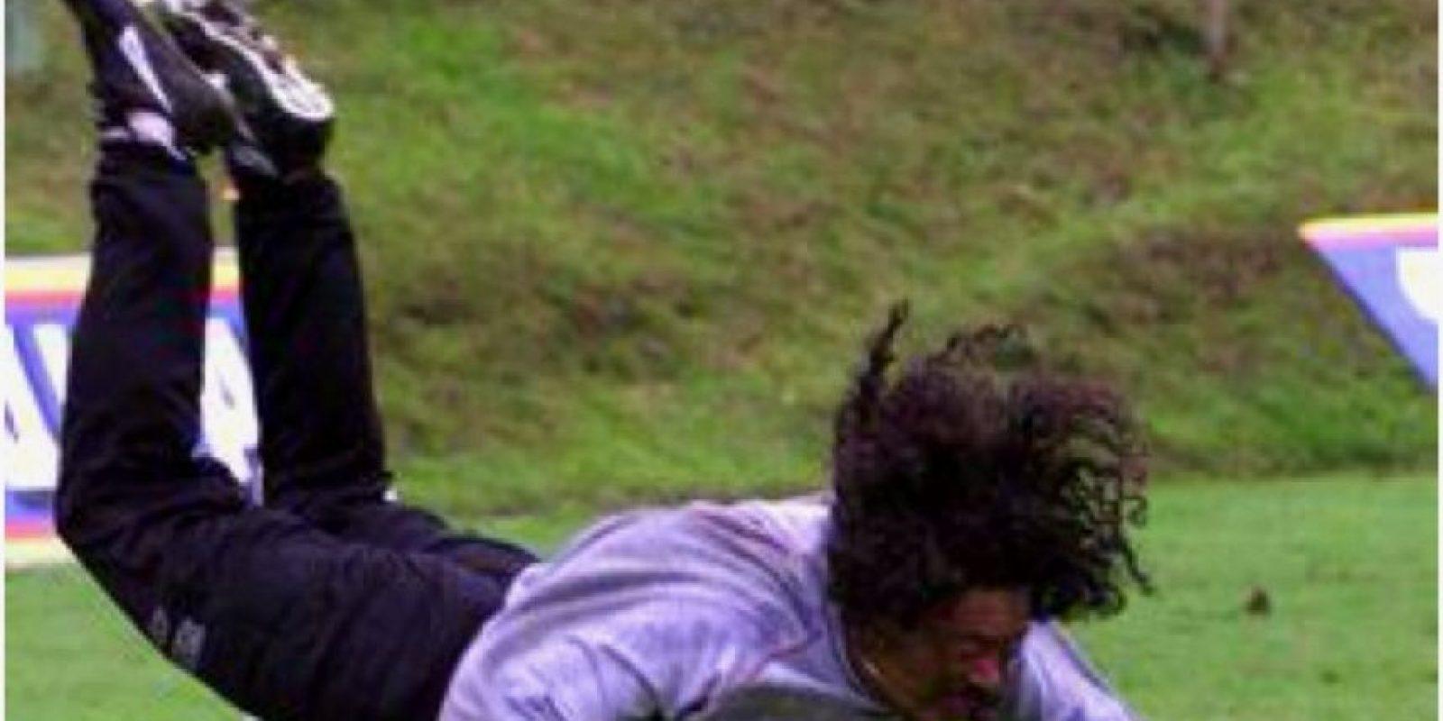El arquero colombiano sorprendió al mundo en 1995. Fue durante un amistoso entre entre Colombia e Inglaterra en Wembley que Higuita presentó al mundo la jugada que lo hizo famoso y que ha sido intentada por miles de niños y jóvenes desde aquél entonces. Foto:pinterest.com
