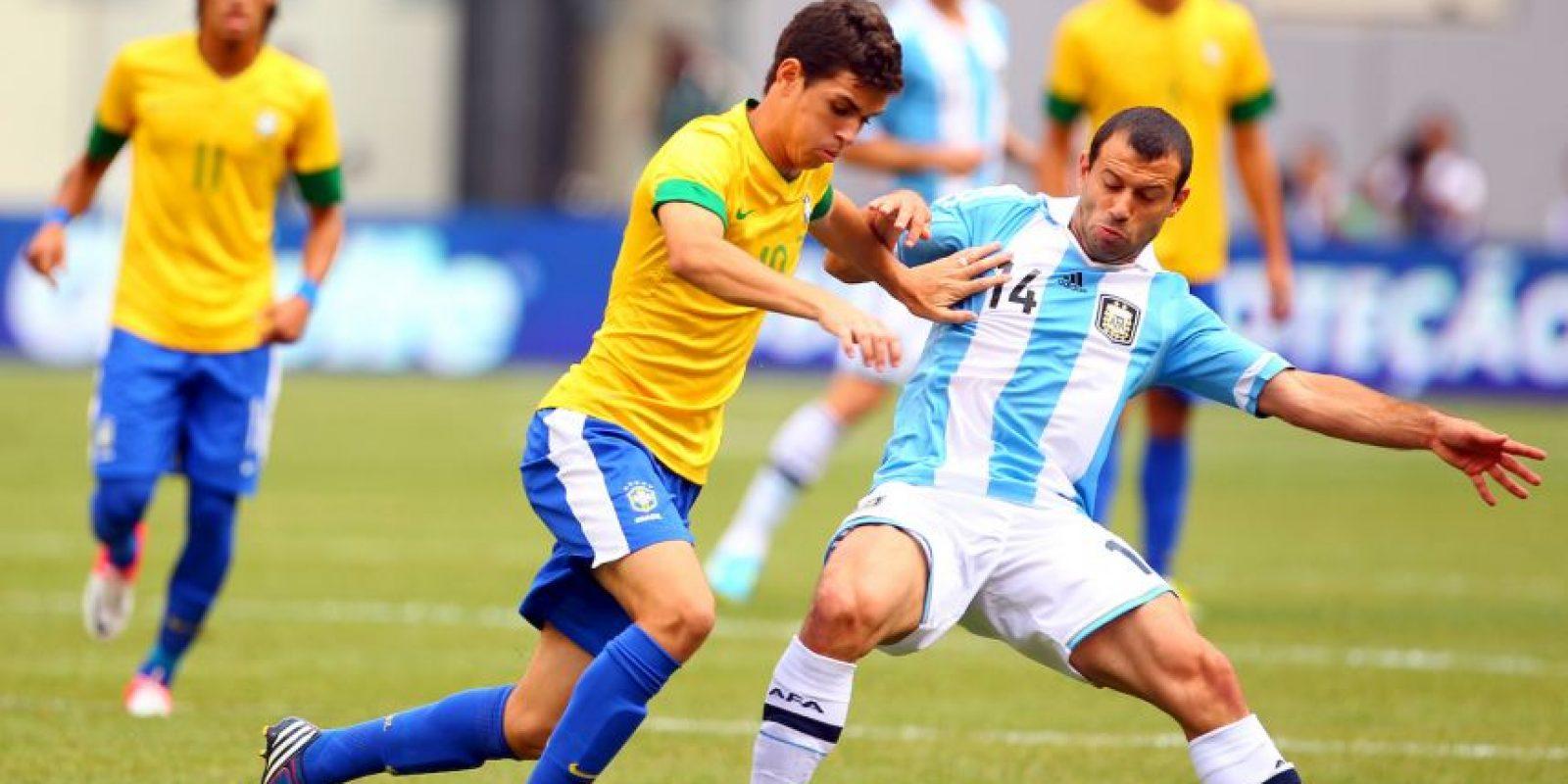 Oscar y Javier Mascherano en un amistoso disputado en 2012. Foto:Getty Images