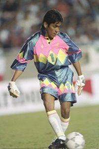 El portero mexicano, no sólo llamó la atención por su gran capacidad, sino por sus exóticos uniformes que puso de moda en estos años. Foto:Getty Images