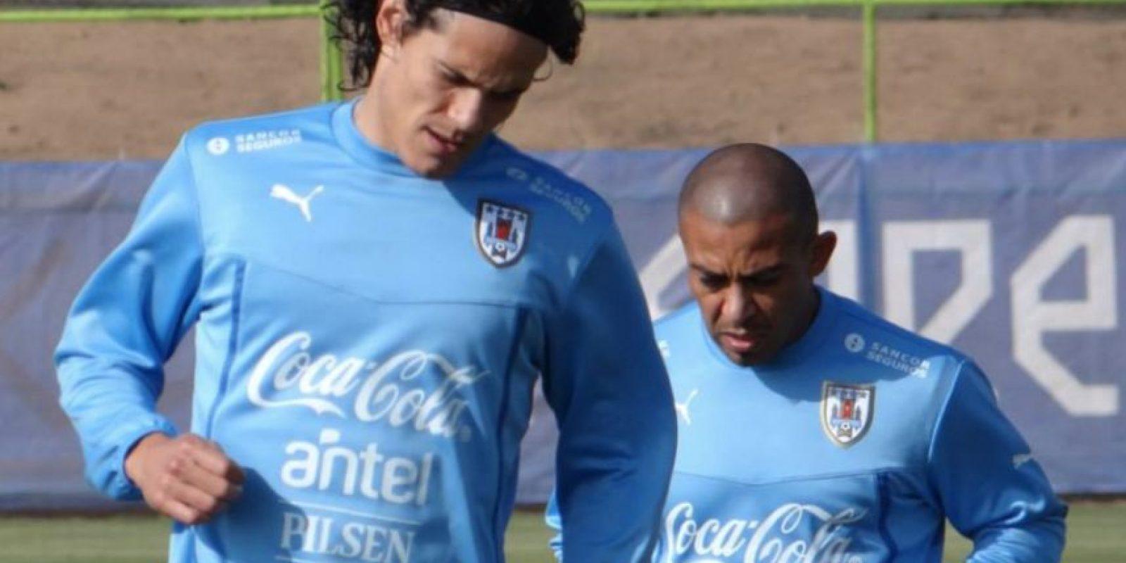 Tras dialogar con el entrenador de Uruguay, Óscar Tabárez, Cavani decidió quedarse a jugar contra Chile. Foto:Vía facebook.com/aufoficial