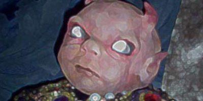 """Este le pidió a la reina del vudú, Marie Laveau, que la maldijera. Precisamente, cuando ella dio a luz su primera criatura, murió en el parto y esta nació deforme. El hombre, sintiéndose culpable, cuidó al bebé hasta que murió y lo enterró a su lado. Pero la leyenda se propagó por la ciudad. Decían que era """"hijo de Satanás"""", por lo que comenzaron a crear muñecos como el de la foto para colgarlos en las puertas y protegerse. En los años 20 los muñecos reaparecieron y se decía que estaban poseídos. Foto:vía Tumblr/Ricardo Pustanio"""