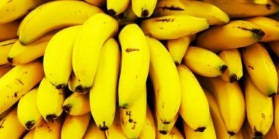Un hombre fue severamente herido por una banana en su ingle cuando la lanzaron de un auto. Foto:vía Getty Images