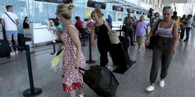 3. Miles de turistas han comenzado a irse de Túnez tras la tragedia. Foto:AP