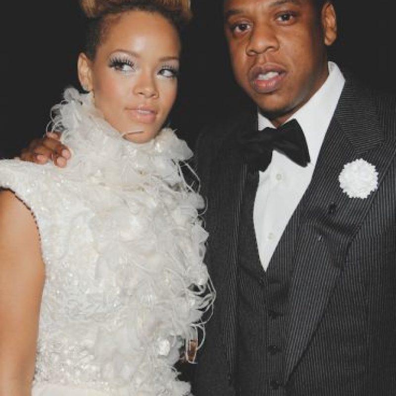 """Rihanna con Jay Z – """"Umbrella"""" (2007) """"You can stand under my umbrella / Ella ella eh eh eh / Under my umbrella…"""" No hagas como que no estás cantando con el coro más pegadiza de los traviesos. Sí, """"Umbrella"""" """"llovió"""" (¿captas?), como un éxito en todo el mundo, convirtiendo a la cantante nacida en Barbados, en un nombre familiar. Foto:Getty Images"""