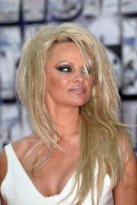 Pamela Anderson: la modelo y actriz se contagió de hepatitis C, esto después de compartir la aguja con la que la tatuaron. Foto:vía Getty Images