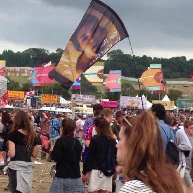 Estaba ahí. Sí, mostrando una bandera con el video porno de Kim Kardashian. Foto:vía Twitter