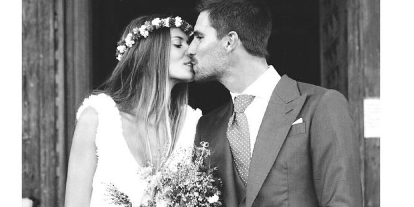 El delantero del Elche se casó con Natalia Coll, con quien tiene un hijo desde hace un año. Foto:Vía instagram.com/__natinat__