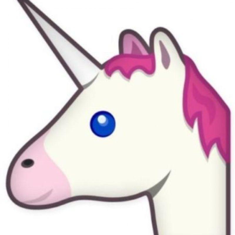 Unicornio – Criatura mitológica con forma de caballo y un cuerno en la frente. Foto:emojipedia.org