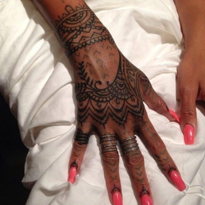 """""""Ella acababa de hacerse un tatuaje en Nueva Zelanda con el que no estaba contenta. Creo que no era tan intrincado como ella quería, y nos pidió volar a la República Dominicana para arreglarlo. Fue una especie de reto porque tenía el tatuaje existente. Terminamos yendo y viniendo con Bang Bang, porque tengo más experiencia con el dibujo que él, y al final teníamos una veintena de dibujos"""". Foto:Vía instagram.com/callyjoart"""