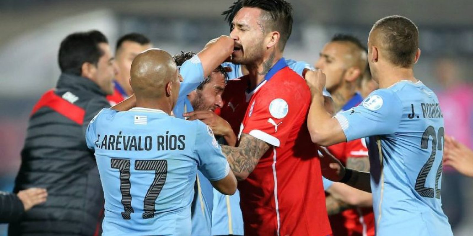 Los uruguayos, acusados por Chile de pegarle a sus jugadores, tienen 69 faltas señaladas. Foto:Vía facebook.com/seleccionchilena