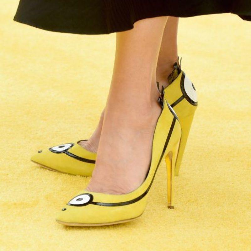 """Sandra Bullock apareció en la alfombra amarilla de los """"Minions"""" utilizando unos zapatos altos inspirados en los simpáticos protagonistas del filme. Foto:Getty Images"""