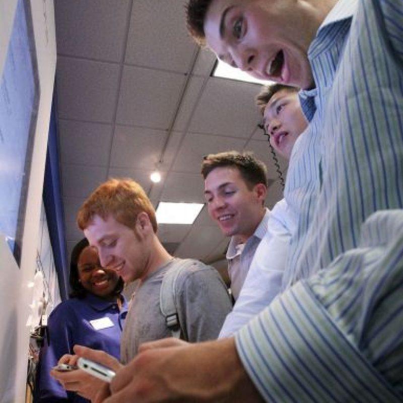 La reacción al tocar el iPhone por primera ocasión. Foto:Getty Images
