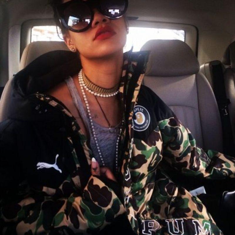 """""""Lentes de sol y lápiz labial rojo… eso es lo que hace Rihanna. Mientras tengas eso, ¡puedes salir del aeropuerto a salvo!"""". Foto:Vía instagram.com/badgalriri"""