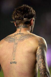 El nombre de su segundo hijo, Romeo, lo lleva debajo de una cruz alada en la nuca. Foto:Getty Images