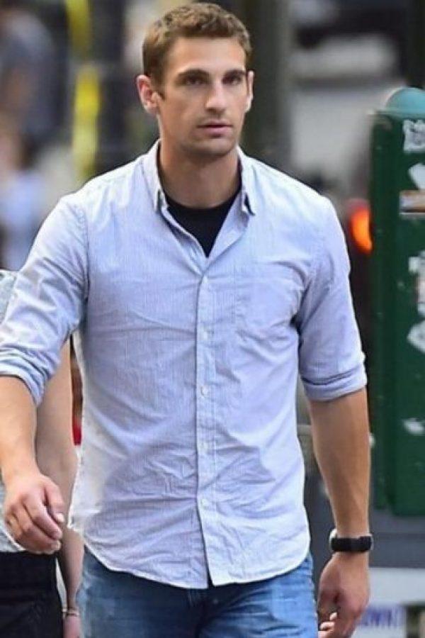 Es el guapo guardaespaldas de la actriz Jennifer Lawrence. Foto:Vía Twitter