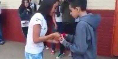 Así pidió a esta chica que fuera su novia. Todo iba bien, pues ella aceptó con un beso. Foto:Vía Youtube/Brazilian Guy