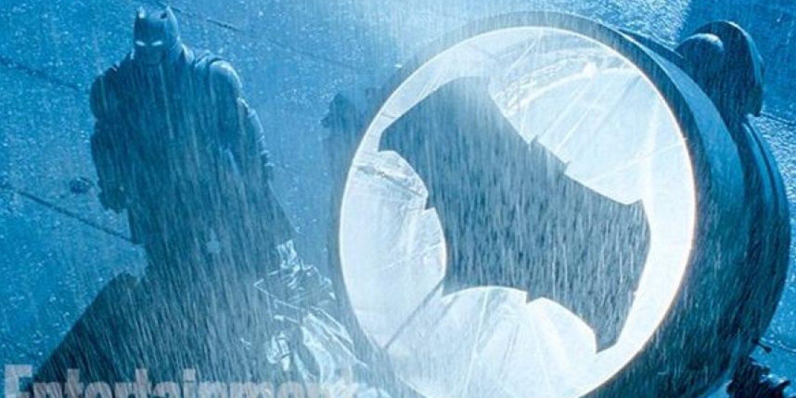 """""""Bruce Wayne"""", después de ser testigo del asesinato de sus padres cuando era niño, decide someterse a un riguroso entrenamiento físico y mental, más tarde se convierte en """"Batman"""". Foto:Twitter/EW"""