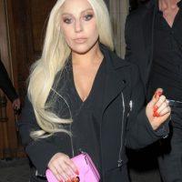 Con abrigo negro y maquillaje suave. Foto:vía Getty Images
