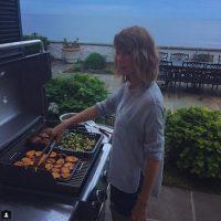 El DJ compartió una fotografía en la que Taylor aparece preparando carne asada. Foto:Instagram/CalvinHarris