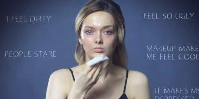 Pintó la mitad de su cara, para mostrar que ella podía usar (o no) maquillaje si le venía en gana. Foto:vía Youtube/My Pale Skin