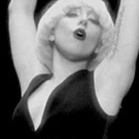 Gaga repite sus filtros en blanco y negro, que ella usó antes. Foto:vía Listal