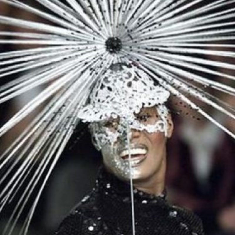 Grace Jones, con este look. Foto: vía Listal