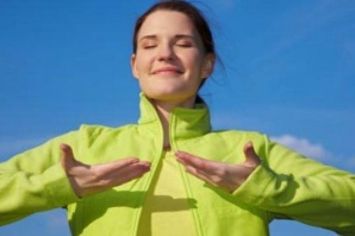 Dejar de lado los nervios puede resultar una tarea difícil. Sin embargo, respirar profundamente los tranquilizará. El nervio que vigila la frecuencia de latidos del corazón se puede controlar con la respiración. Foto:Pixabay
