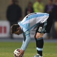 Antes de lanzar su penal en la final ante Chile. Foto:AFP