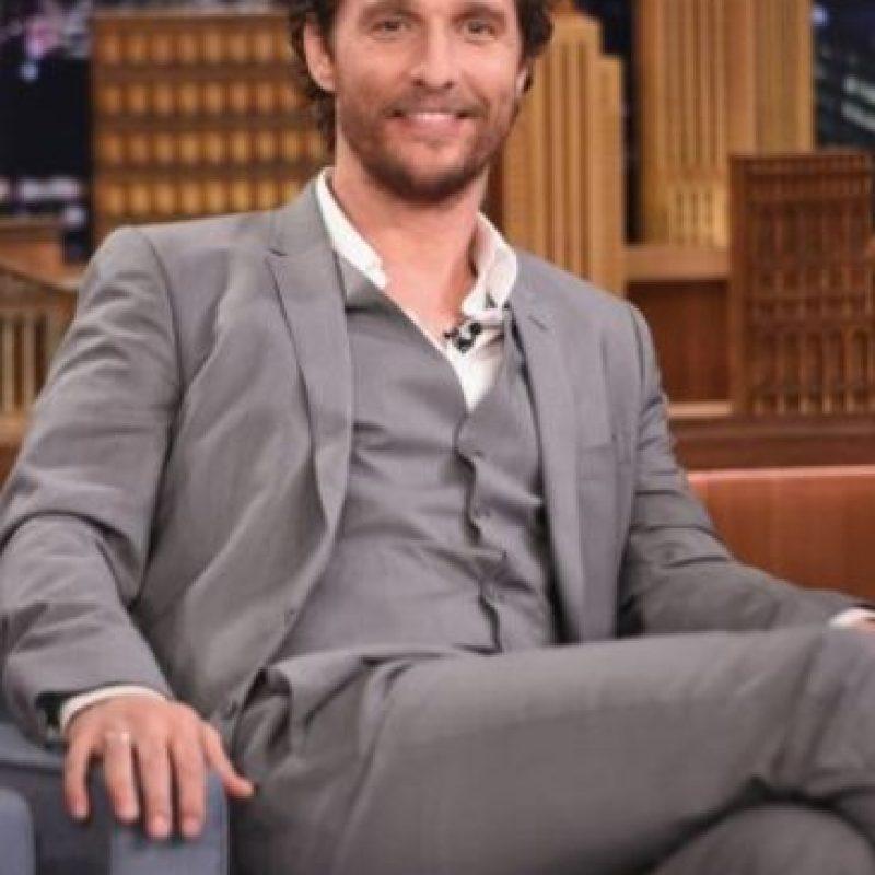 Matthew McConaughey. Cuando el actor se mudó a Hollywood, no tenía muebles, razón por la que dormía en una casa de campaña con su perro. Una noche escuchó el sonido de una moneda cayendo sobre un cristal, así que tomó un bate de béisbol y salió desnudo a defenderse. Foto:Getty Images