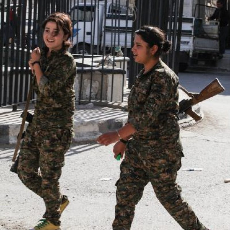 2. Las mujeres utilizan rifles de asalto y visten uniformes militares. Foto:Getty Images