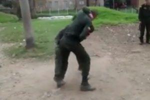 Impresionante pelea entre auxiliares de la Policía Foto:Tomado de Facebook 'A lo bien ?'