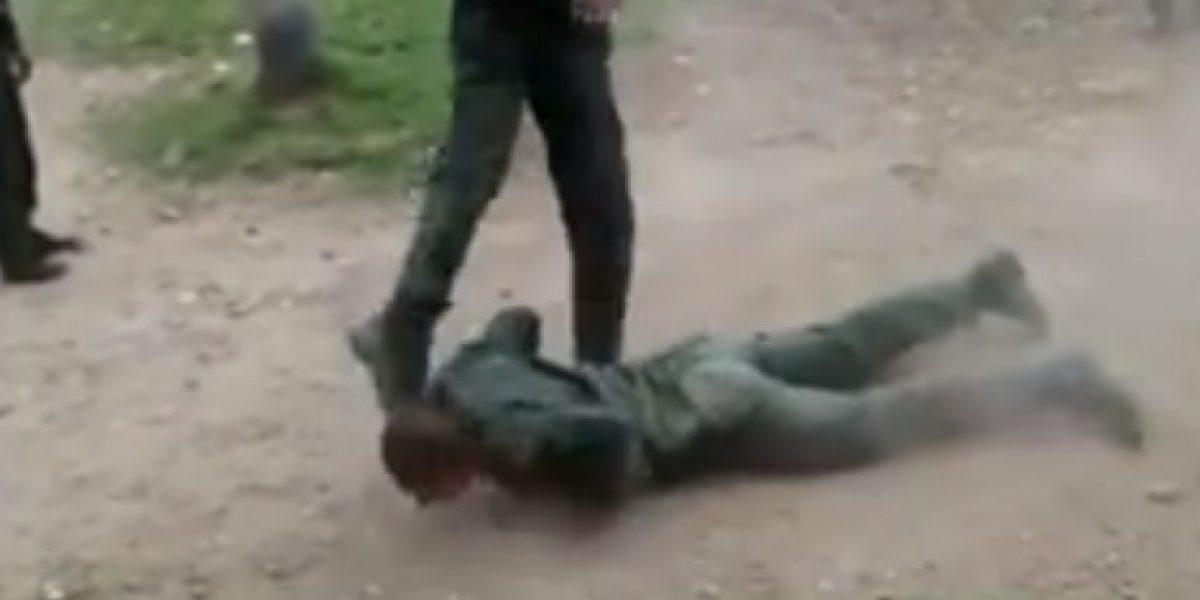 VIDEO: Impresionante pelea entre auxiliares de la Policía