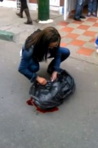 Denuncian que líder comunitaria mató perra con su carro. Foto:Tomada de Facebook