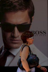 Mujeres visitan tiendas de alto prestigio en Atenas Foto:Getty Images