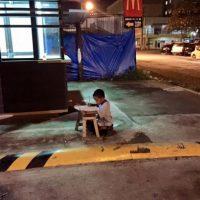 Se acerca a un McDonalds para poder hacer la tarea, pues este lugar lo alumbra. Foto:Vía Facebook/JoyceGilosTorreblanca