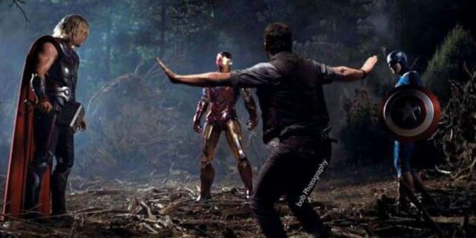 """La imagen que el intérprete de """"Iron Man"""" compartió aparece Chris intentando tranquilizar a los """"Avengers"""". Foto:Twitter/RobertDowneyJr"""