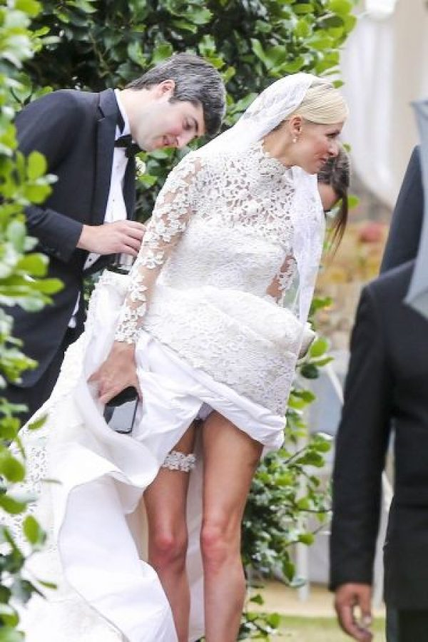 Al levantar su vestido, Nicky enseño pequeños detalles íntimos de su outfit. Foto:Grosby Group