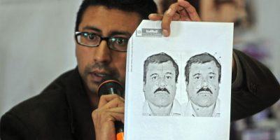 Carlos Pac, director de migración del país, muestra una imagen del capo en conferencia de prensa. Foto:AFP