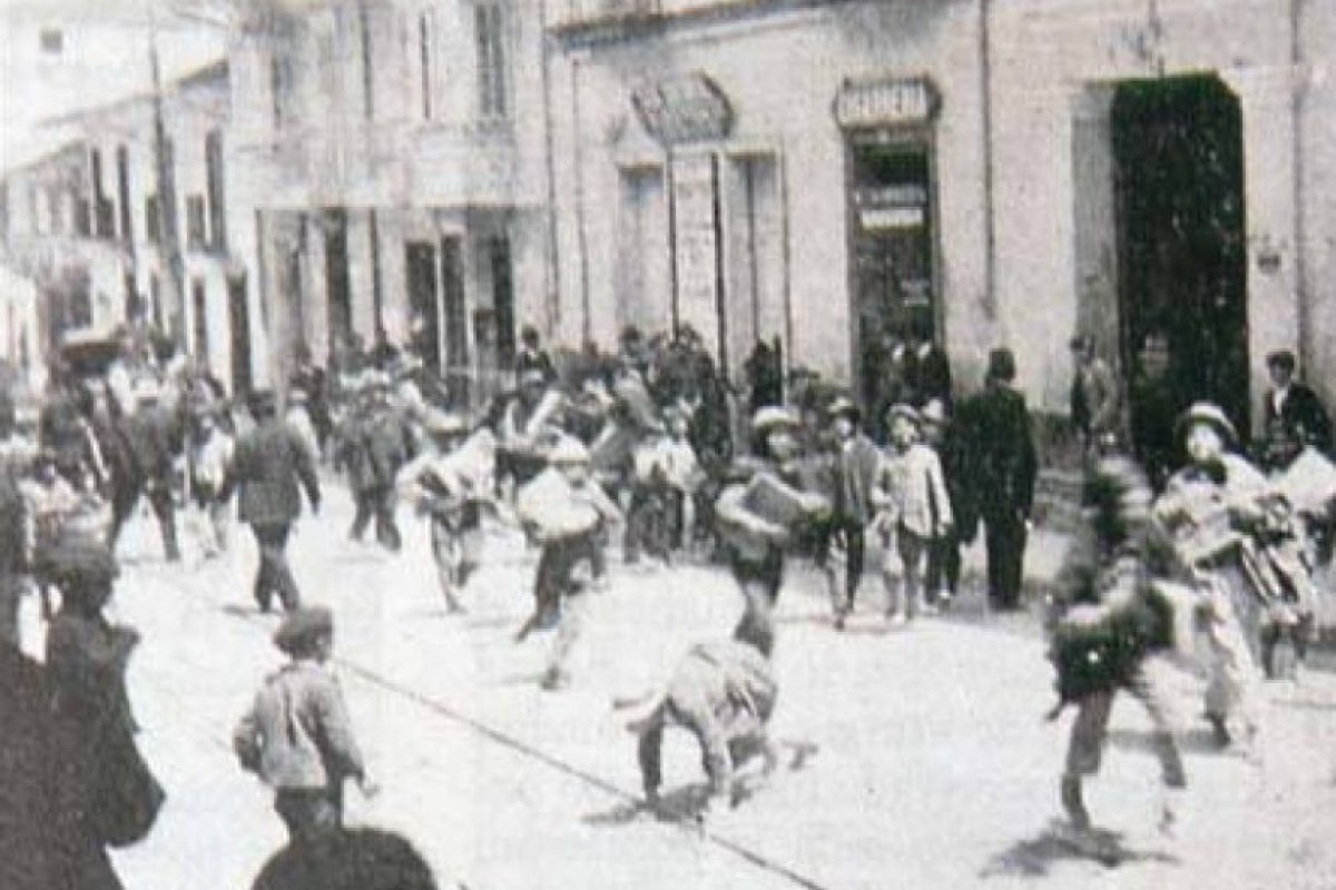 Niños corriendo por las calles del centro de Bogotá a principios del siglo XX. Foto:Fotos antiguas Bogotá