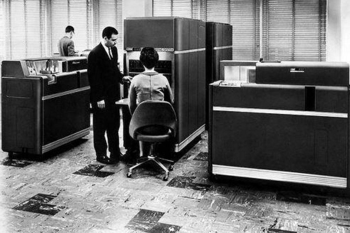 Una de las primeras computadoras que llegó a Colombia fue esta IBM 650, pesaba alrededor de 900 kg, y su unidad de alimentación unos 1350. Cada unidad estaba en un armario separado, de 1,5 x 0,9 x 1,8 metros. El ordenador costaba 500.000 dólares, pero podía alquilarse por 3.500 al mes. Foto:Fotos antiguas Bogotá