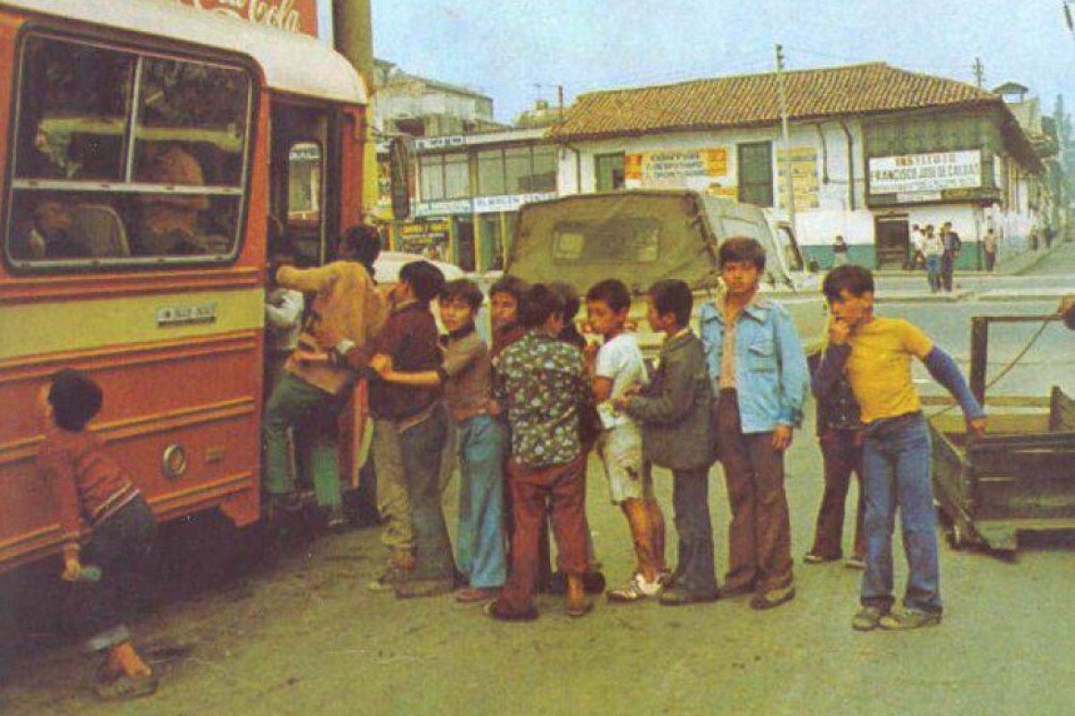"""Niños haciendo fila para subirse a uno de los populares """"cebolleros"""" en el centro de Bogotá (1970) Foto:Fotos antiguas Bogotá"""