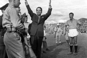 El reconocido actor mexicano Mario Moreno 'Cantinflas' también piso el mítico estadio El Campín de Bogotá. Foto:Fotos antiguas Bogotá