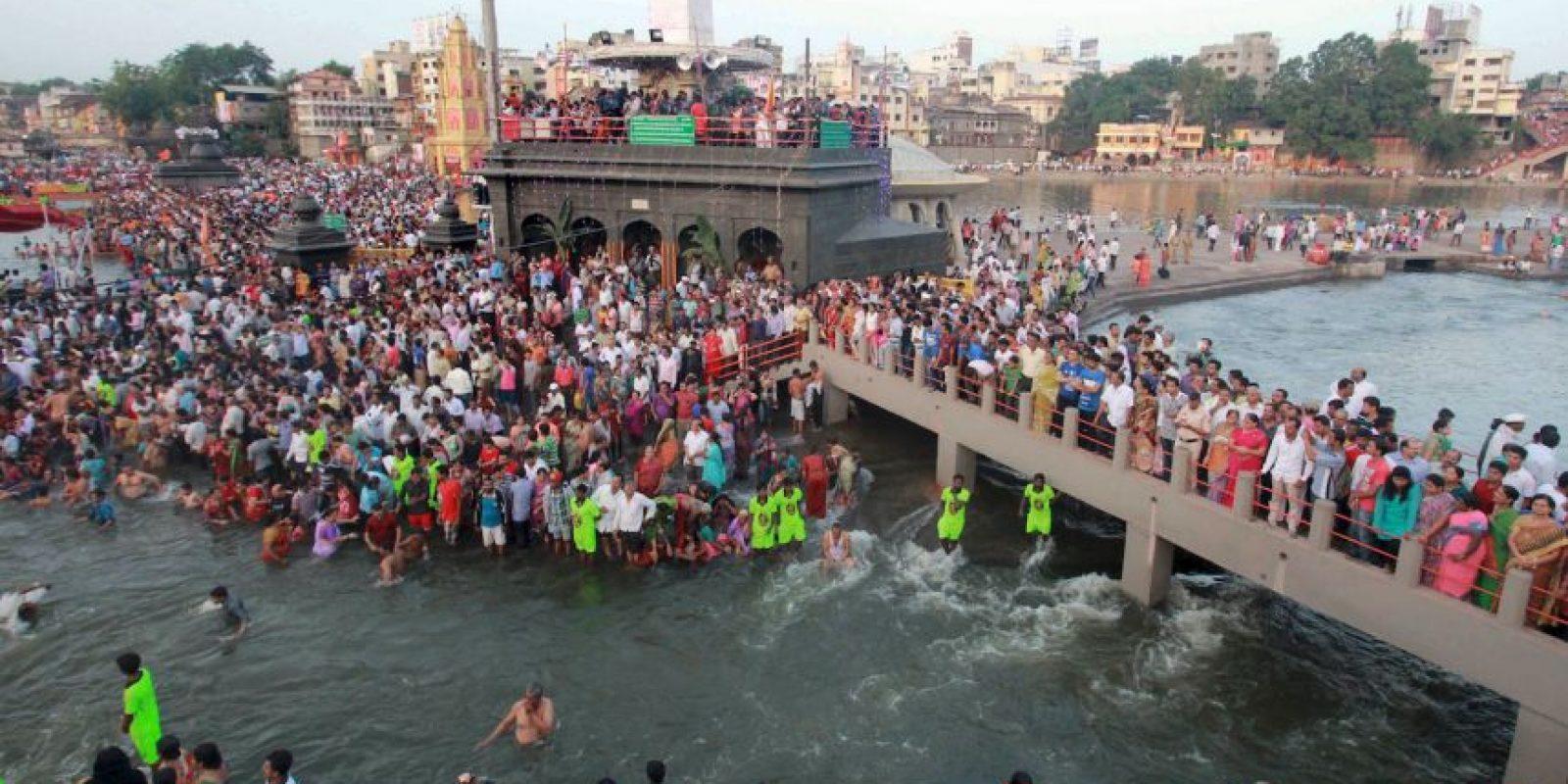 La celebración consiste en un baño sagrado. Foto:AFP