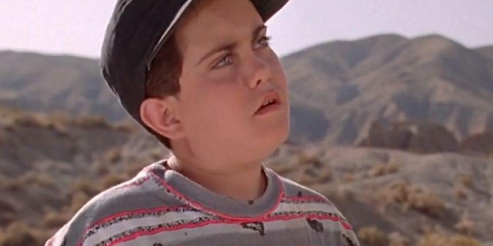 """En el filme de 1993, """"Dr. Alan Grant"""" (Sam Neill) le explica a un niño con camisa de rayas y gorra las consecuencias de ser atacado un velociraptor. Foto:YouTube"""