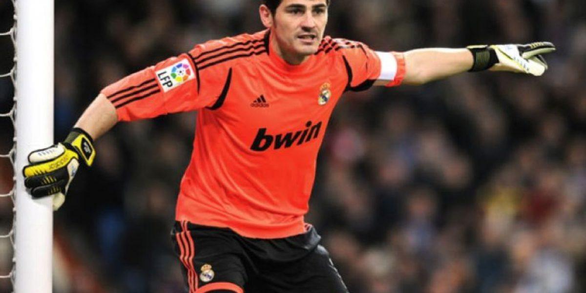 Iker Casillas es aclamado al aterrizar en Oporto