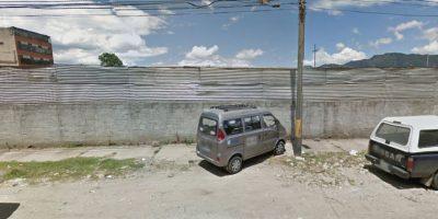 Este señor decidió dejar su vehículo parqueado sobre el andén, impidiendo el paso de los transeúntes. Foto:Captura de pantalla Google Street View